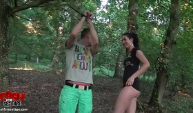 Dude in flip-flops fucks tall chick in the woods