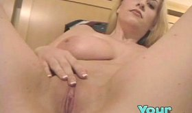 Natural curvy bimbo keeps laughing before her sex